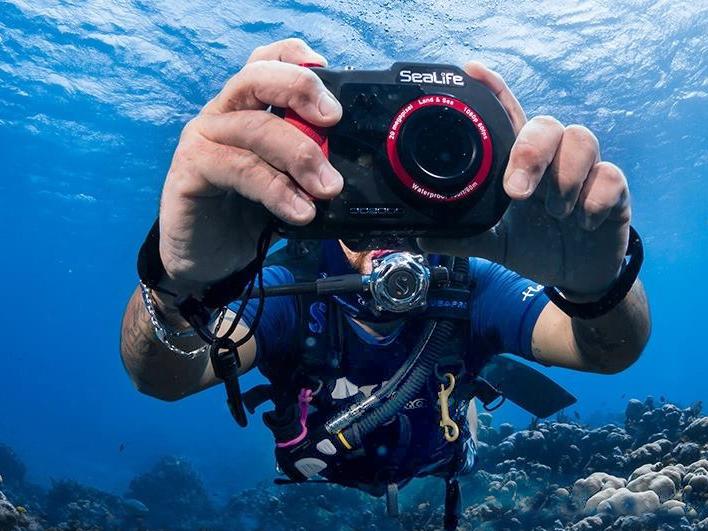 Taucher mit einer Sealife Kamera