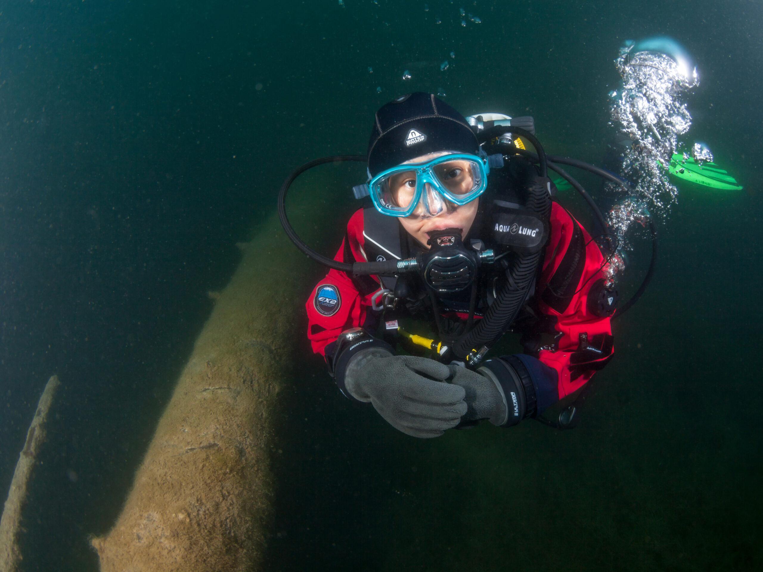 Trockenanzug Taucher im klaren Blausee