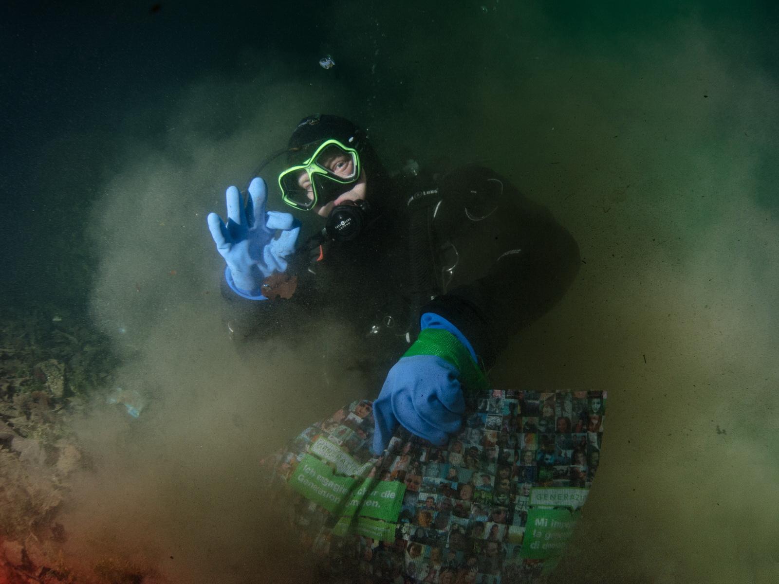 Taucher beim der erfolgreichen Müllsammlung