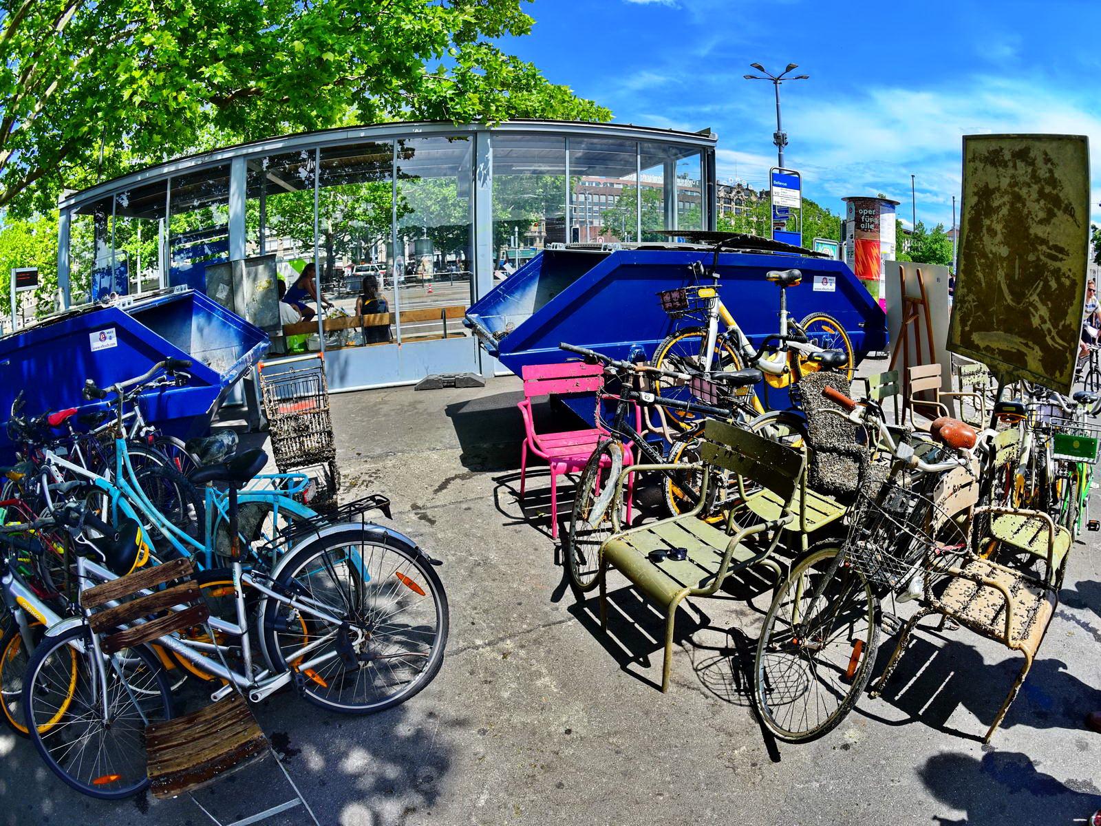 Fahrräder und Stühle aus dem See geborgen