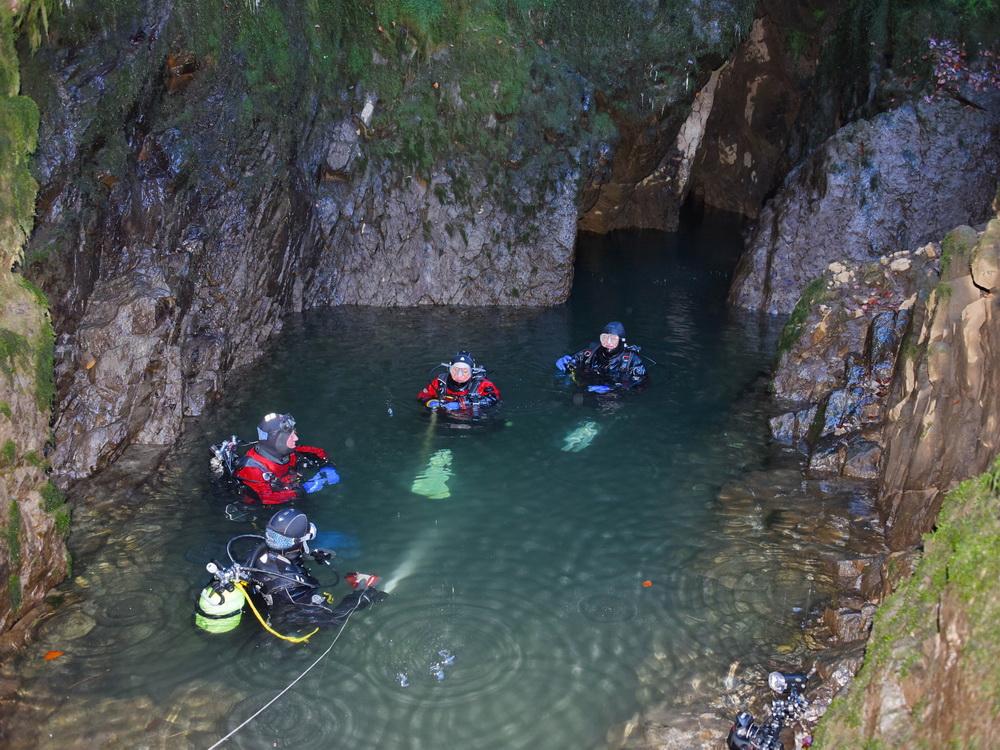 SCUBA VIVA Höhlentaucher bei den letzten Vorbereitungen
