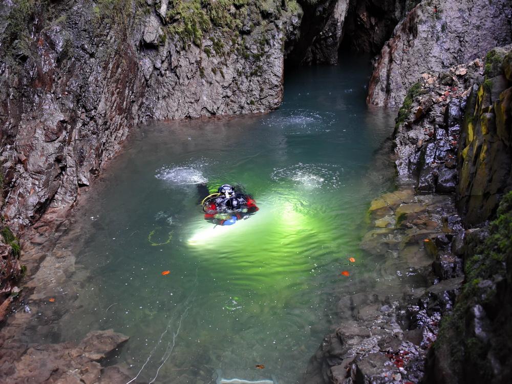 Höhlentaucher bei Auftauchen in der Quelle