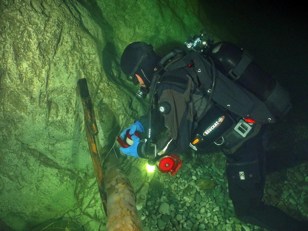 Höhlentaucher bei der Arbeit mit Reel