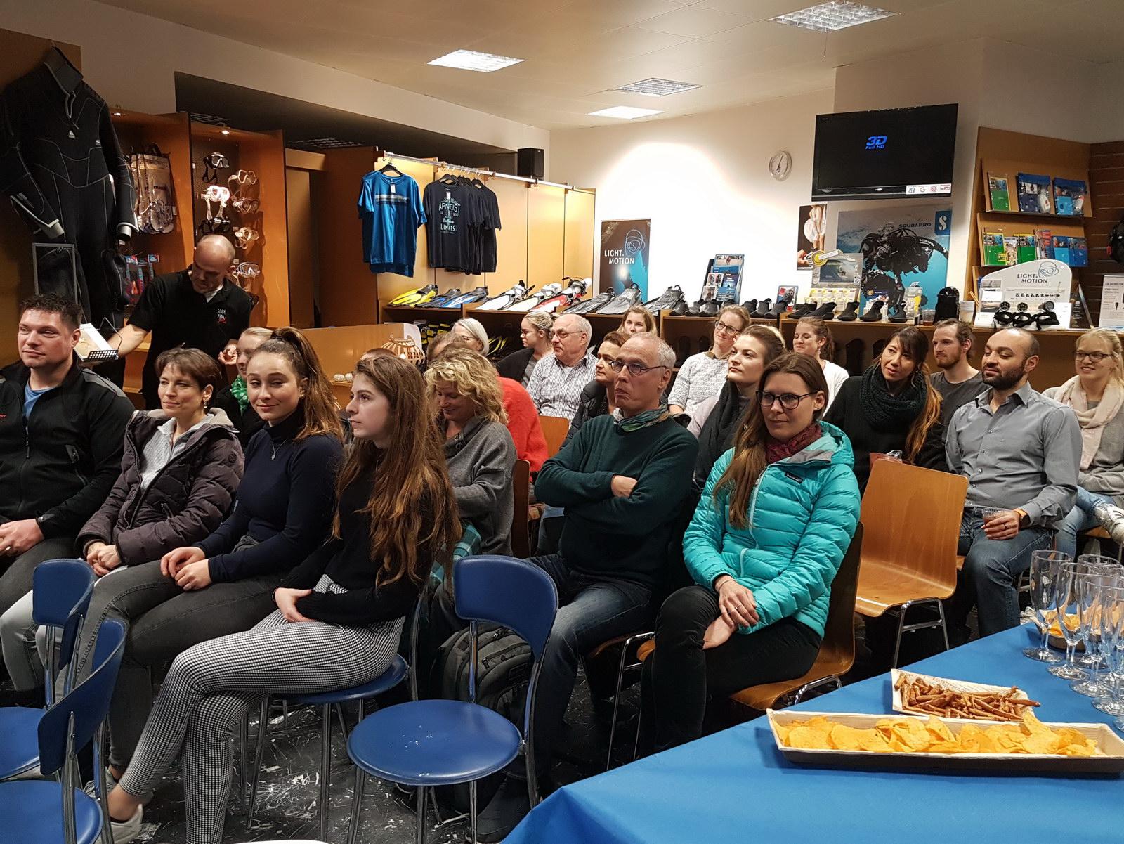Teilnehmer beim Tauchshop SCUB VIVA PADI Infoabends