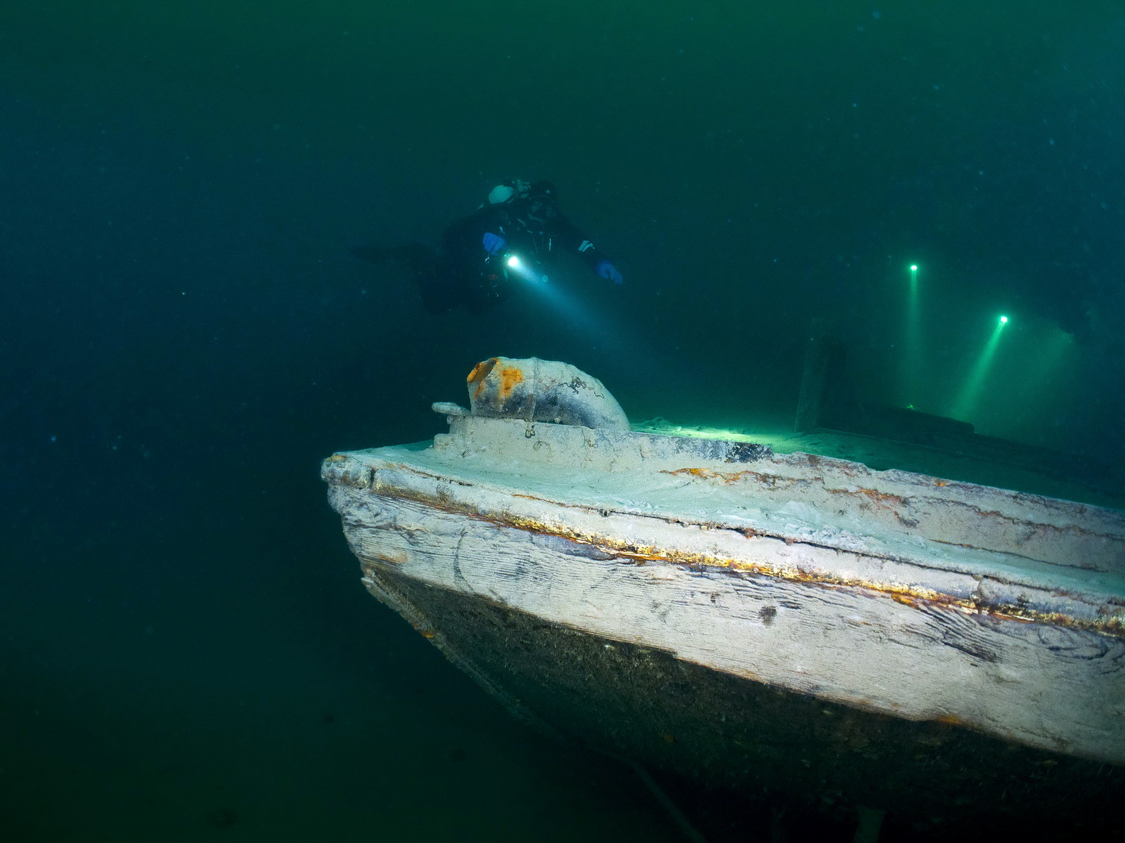 SCUBA VIVA Taucher beim Wracktauchen im Walensee