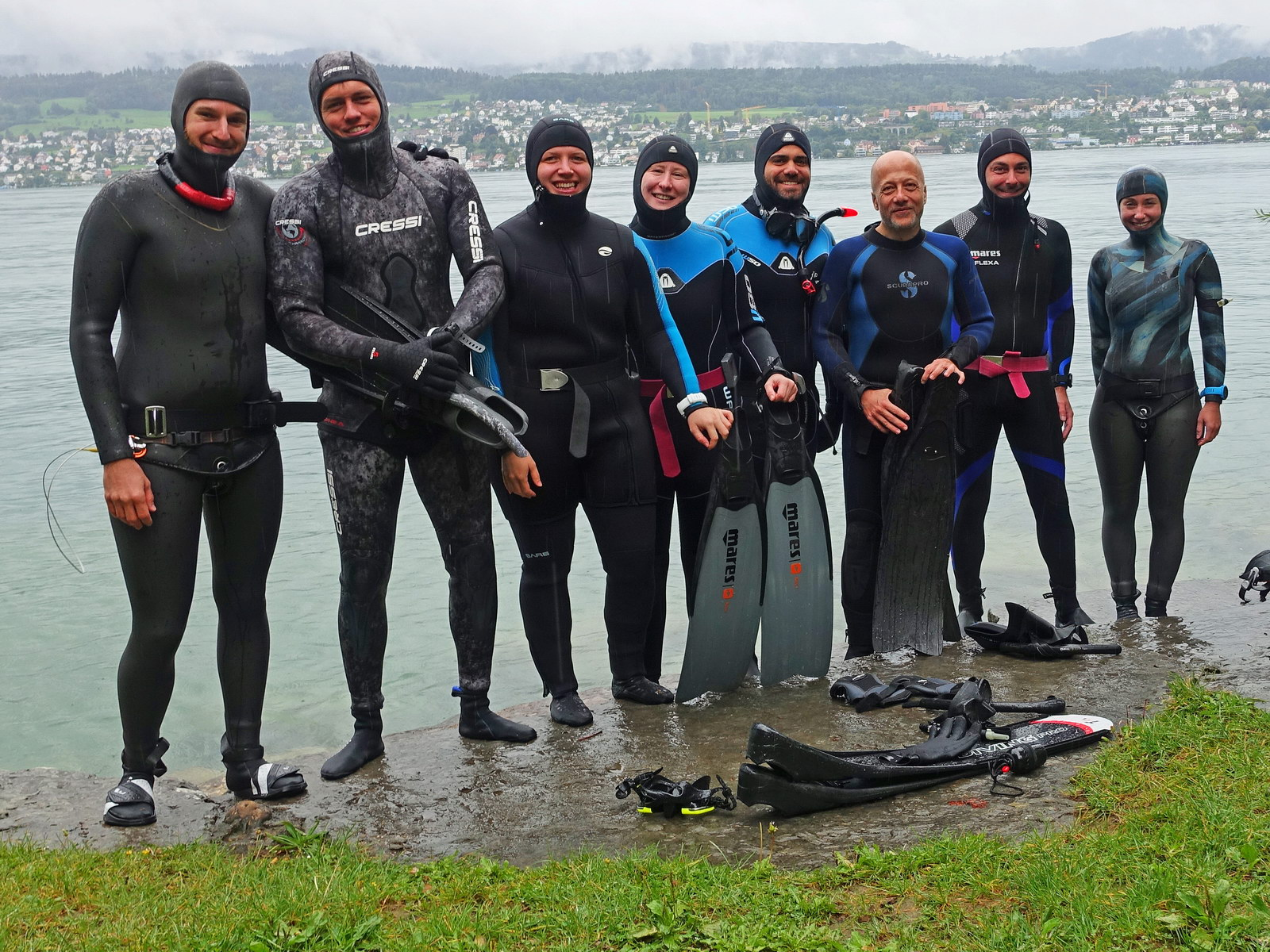 Apnoetaucher stehen am Zürichsee