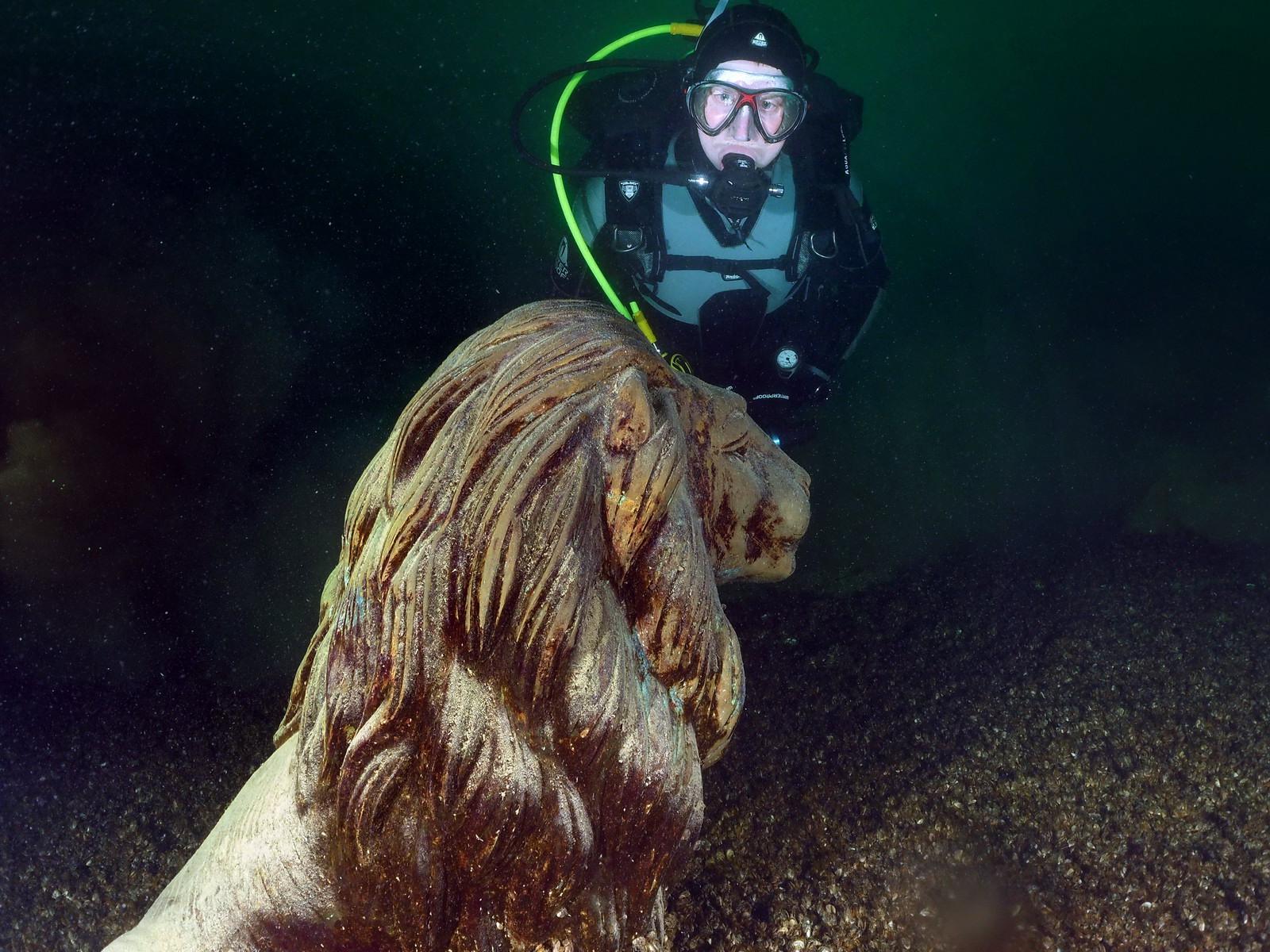 Tauchen mit Statue eines Unterwasser-Löwen