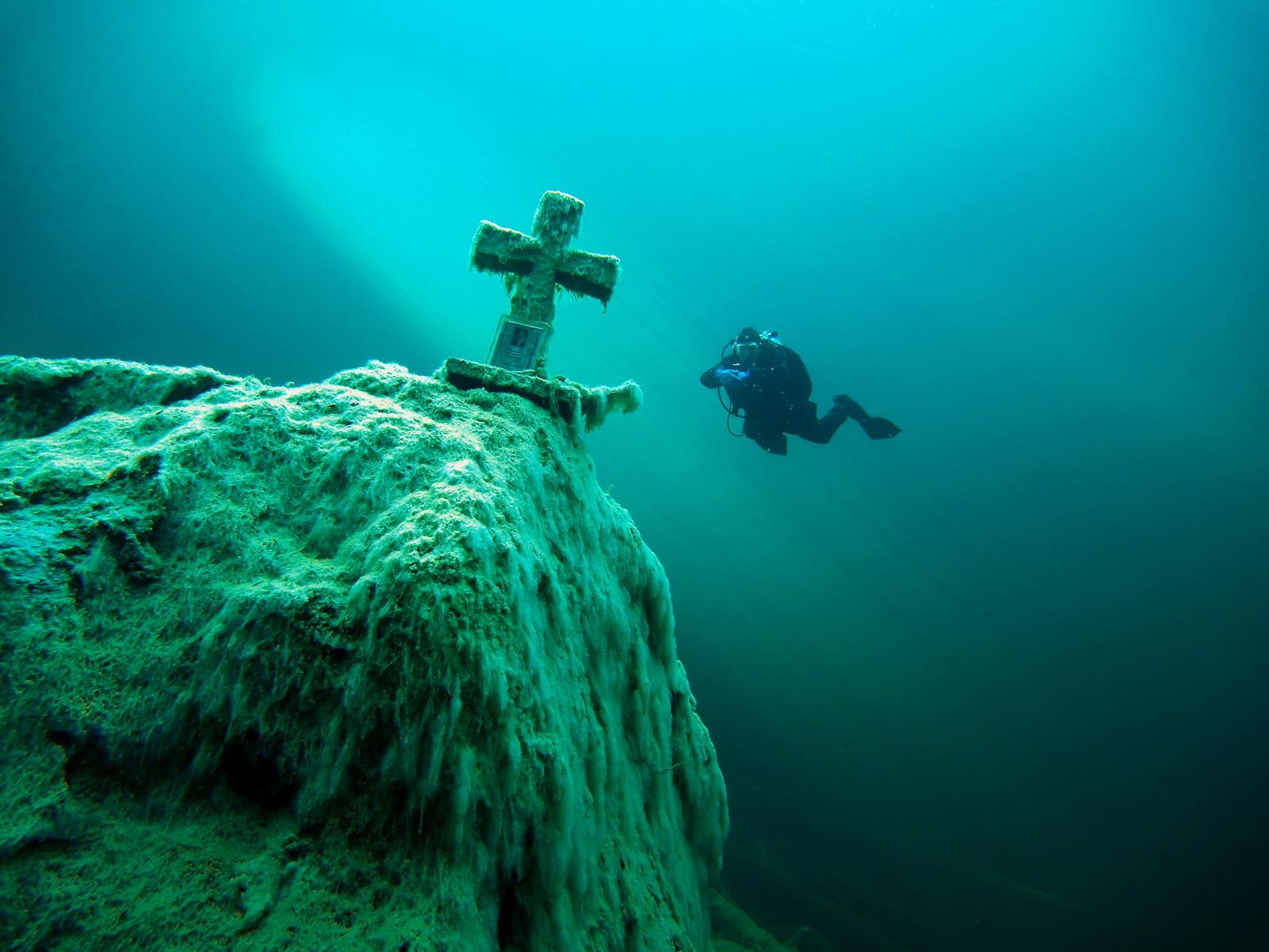Gedenkkreuz im Samarangersee ist ein tolles Fotomotiv