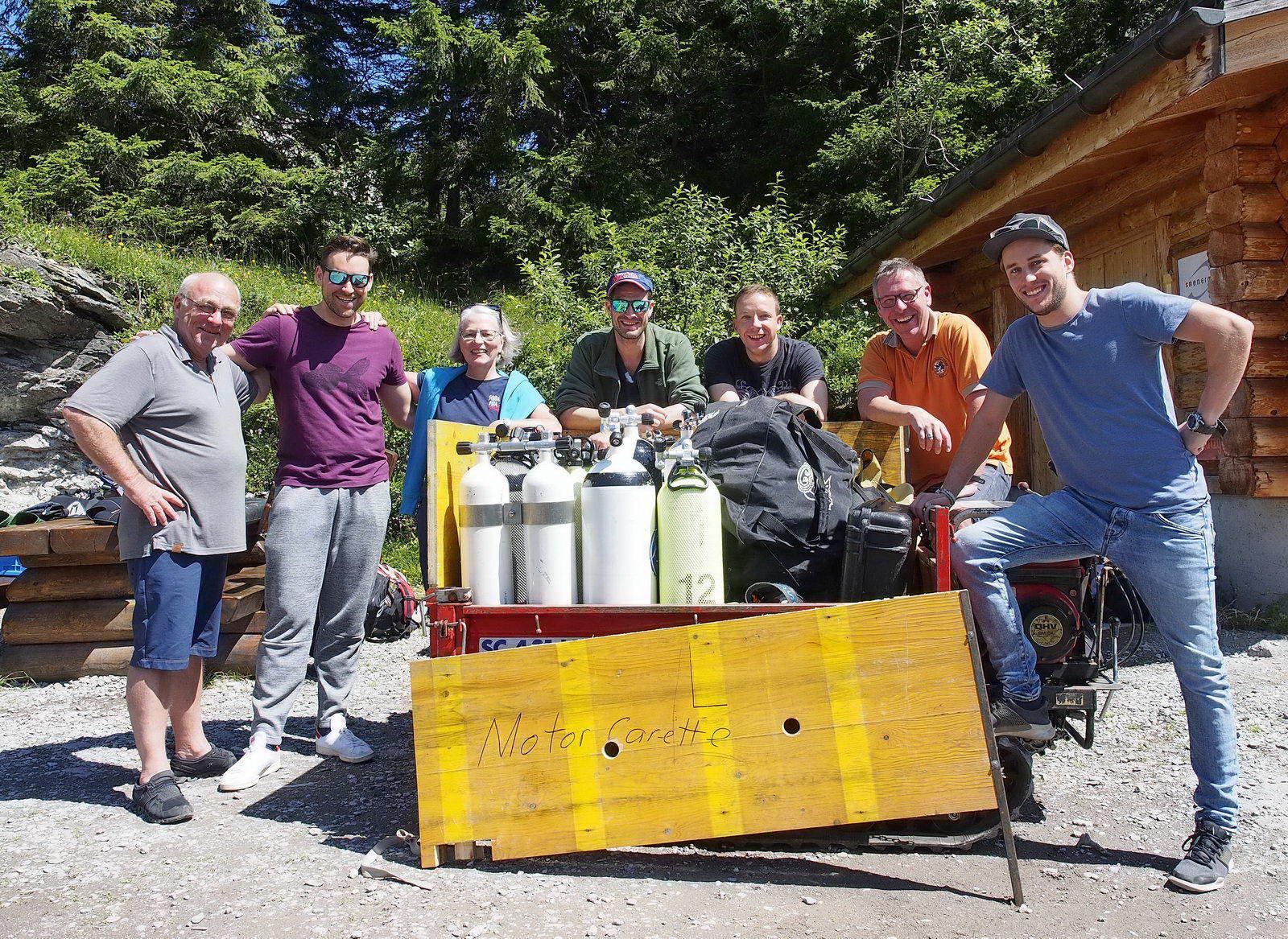 Bergsee Taucher transportieren Tauchmaterial