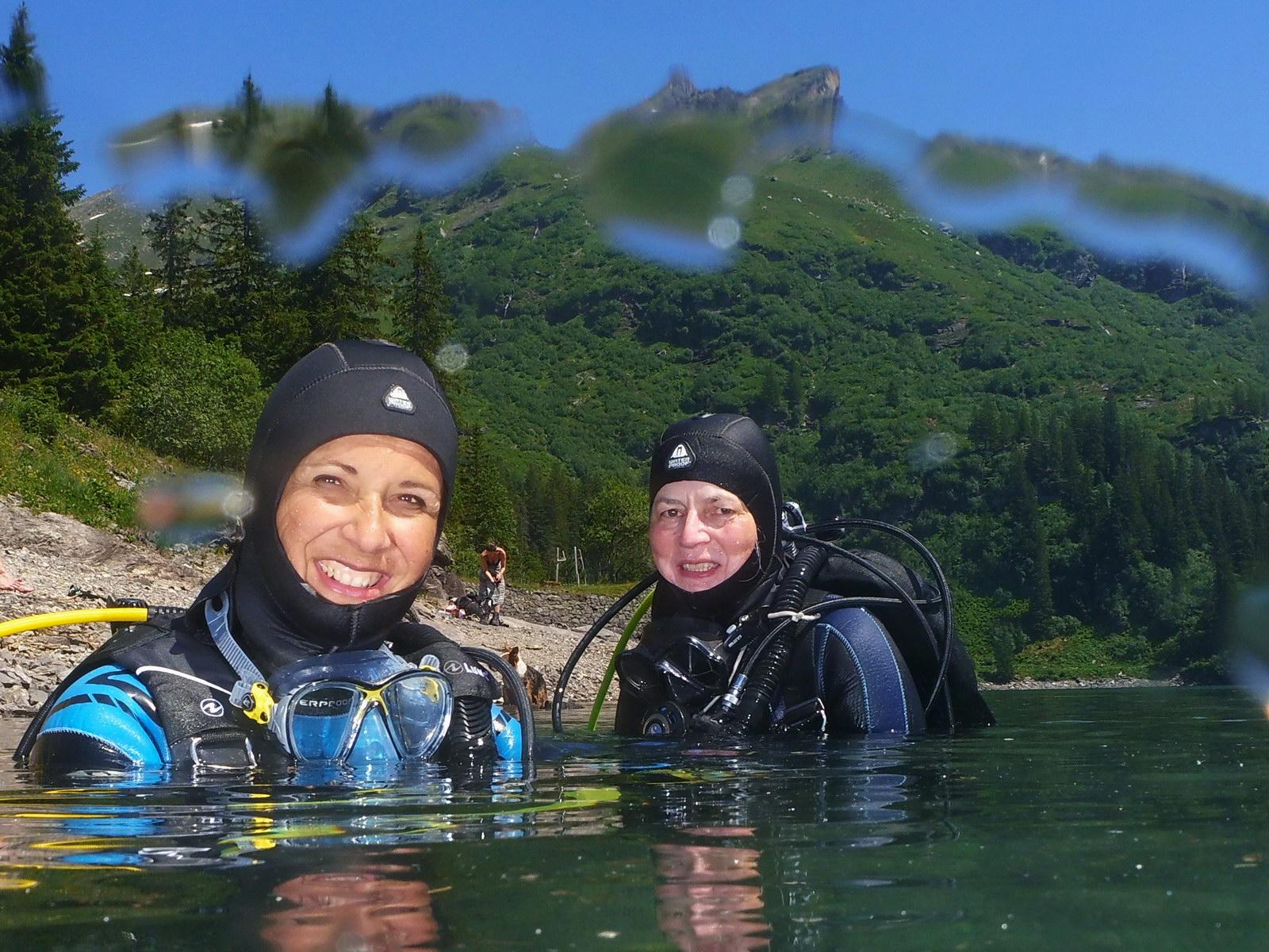 Begeisterte Bergsee Taucherinnen