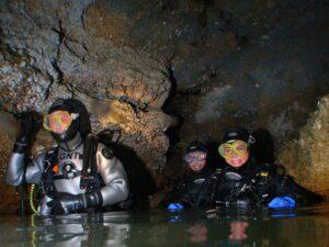 Cave Diving Taucher in der Höhle
