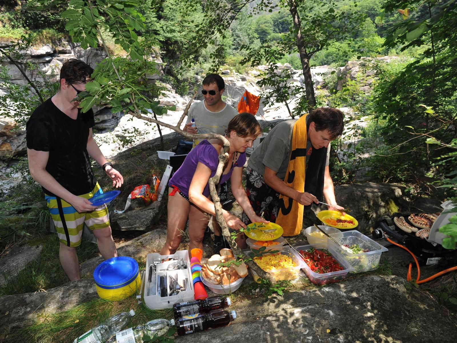 Essen beim Flusstauchen an der Maggia