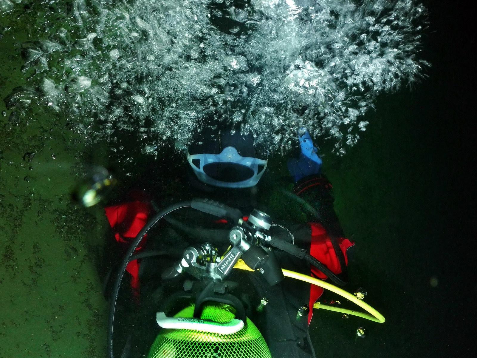 Taucher geniesst den Freiwasser Tauchgang