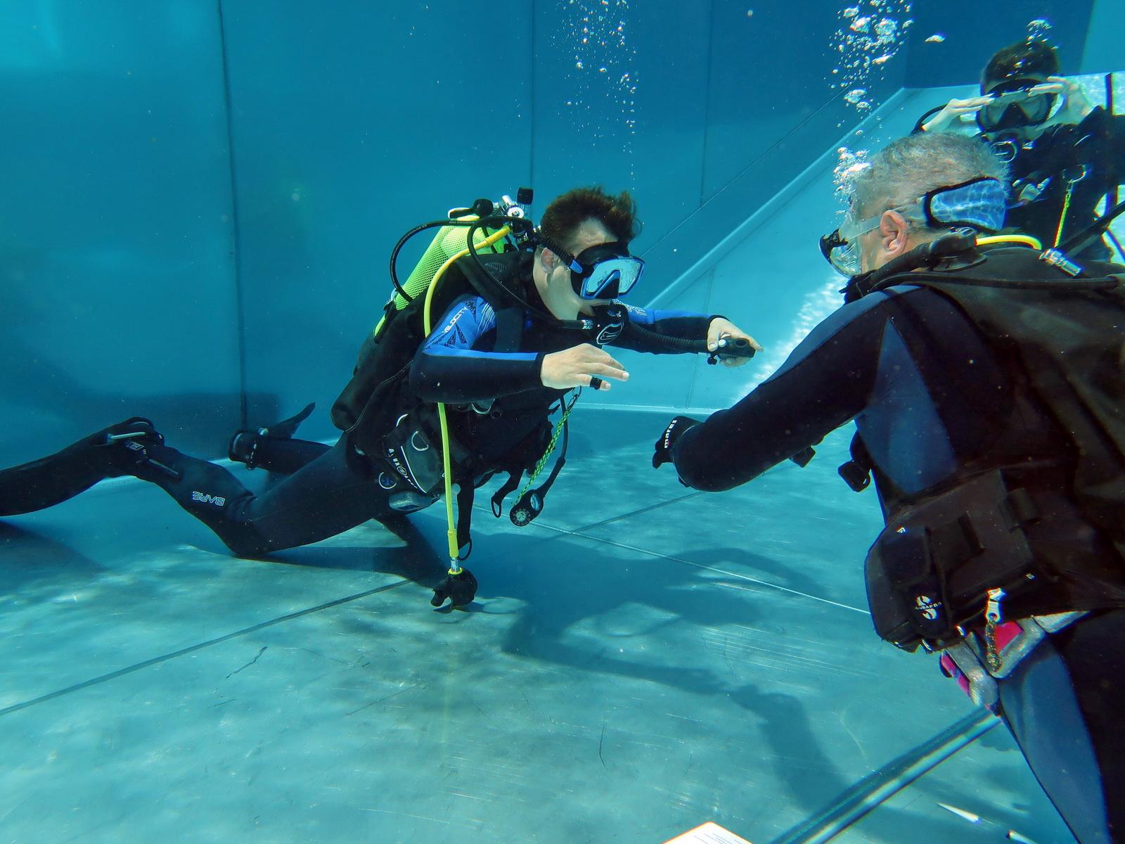 Taucher üben die Tarierung im Schwimmbad