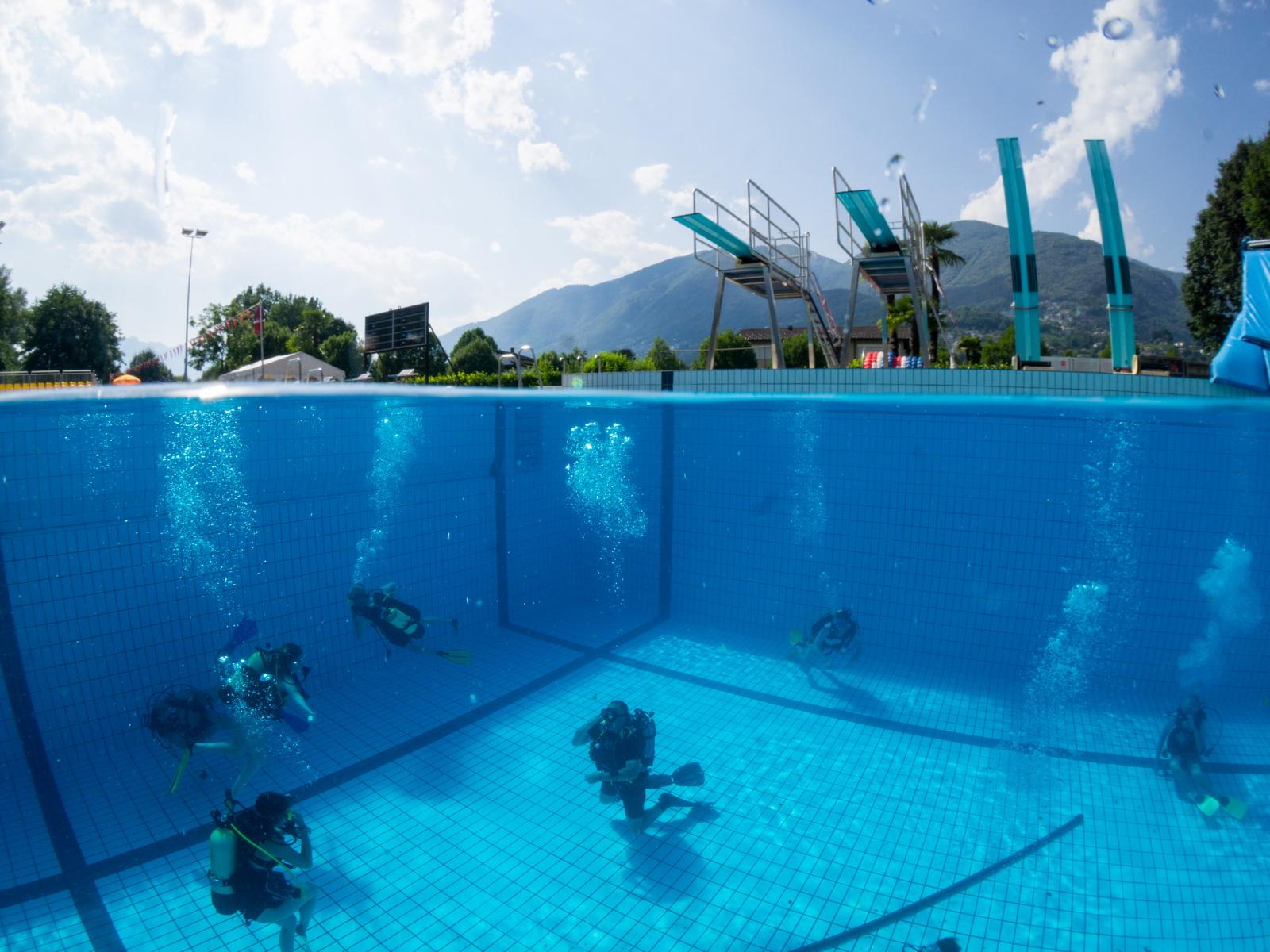 Taucher beim Schnuppertauchen im Pool
