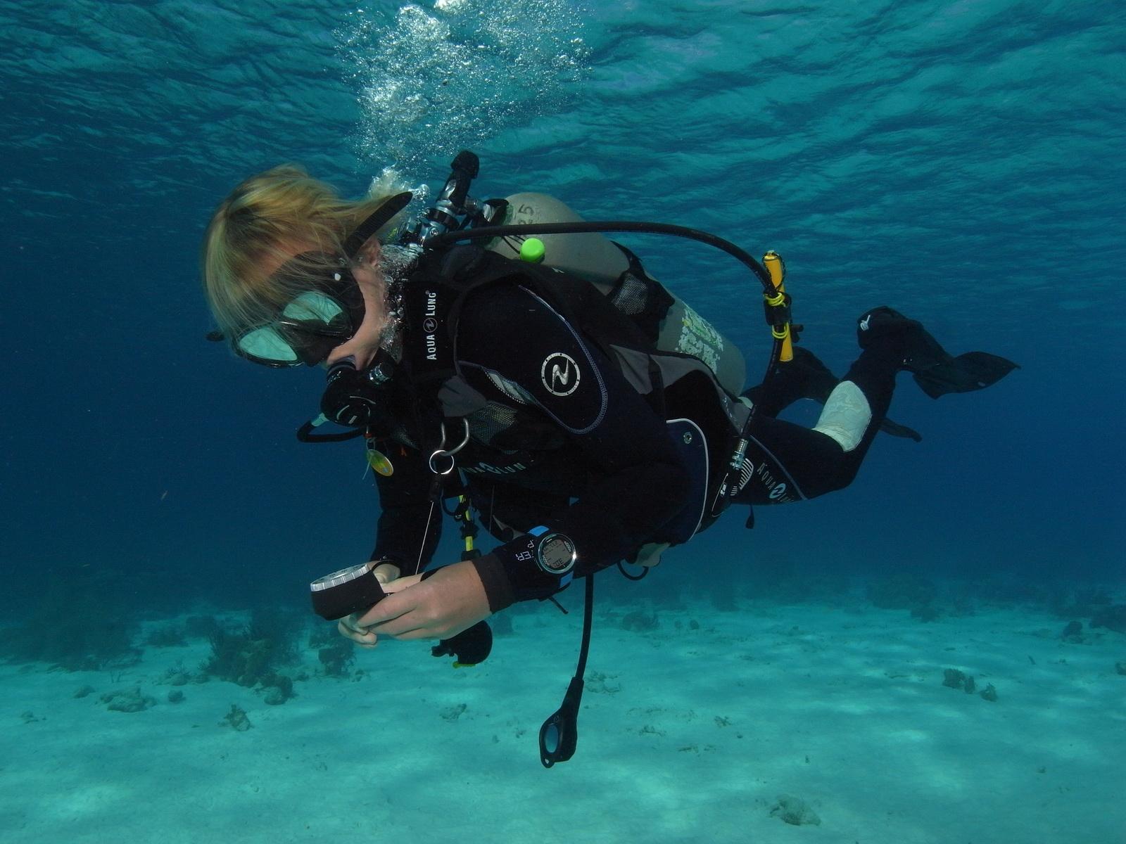 PADI Advanced Tauchschüler lernt Kompasstauchen