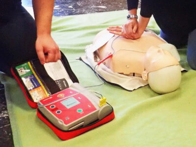 AED Training an der Erste Hilfe Puppe