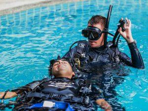 Abschleppen Taucher im Rescue Kurs