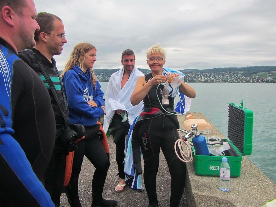 Demonstration es Notfall-Beatmungsgerät beim Rescue Diver