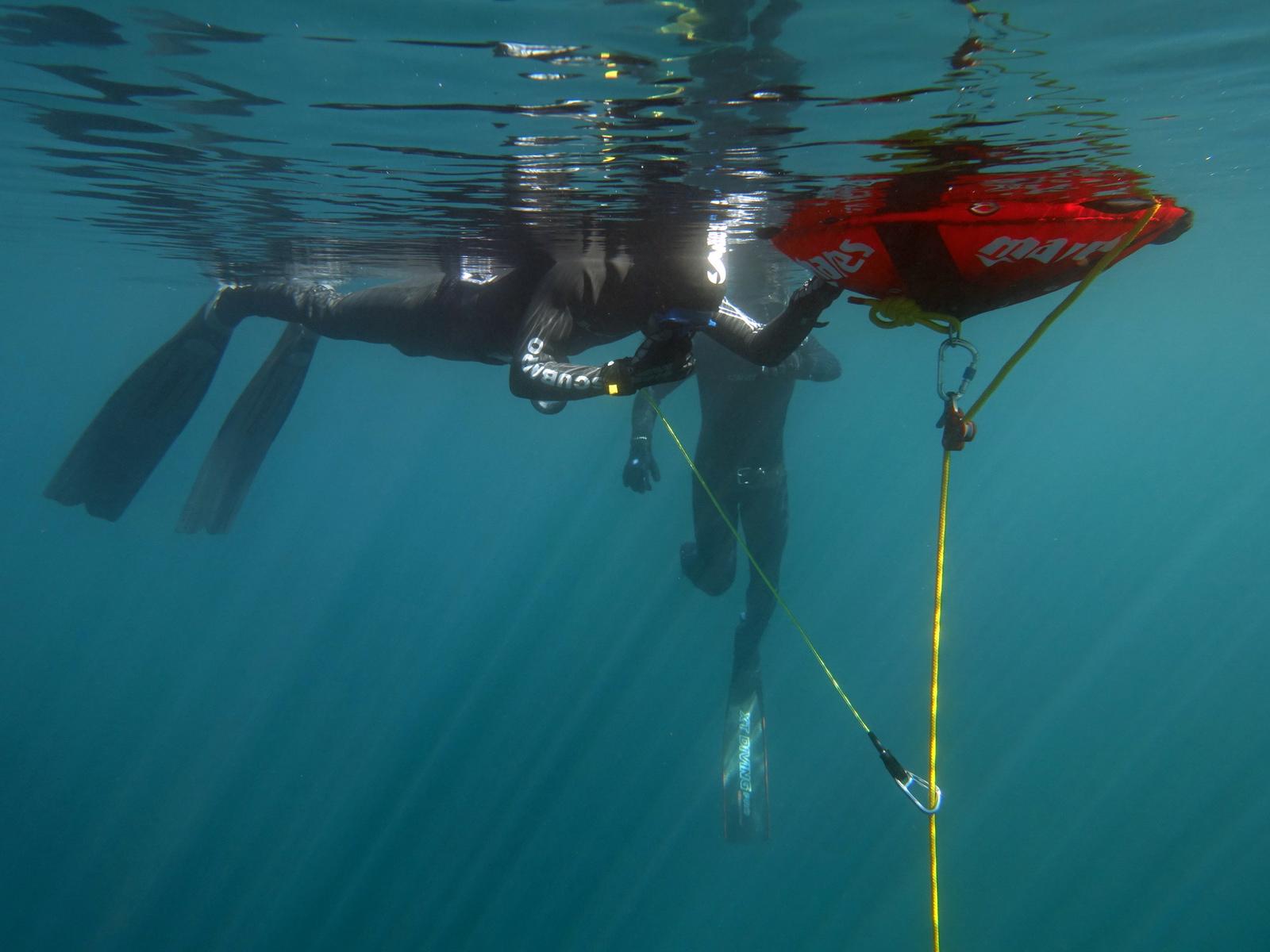 Freediver an der Apnoe Boje