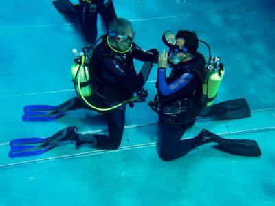 Divemaster lernt stressfreies Masken entleeren