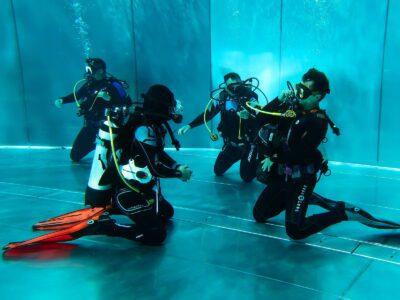 PADI Divermaster Kandidaten üben ihre Skills