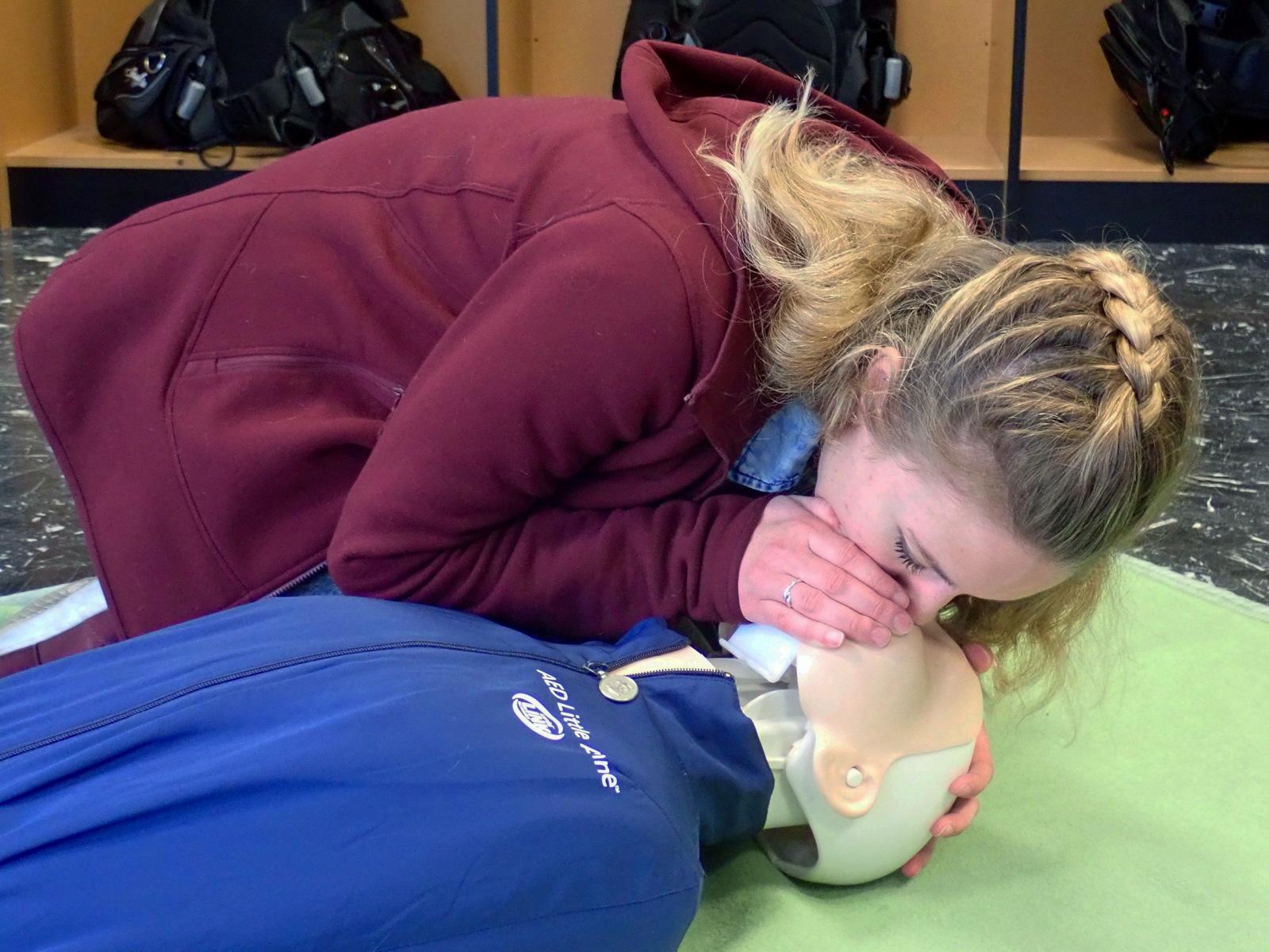 HLW erlernen im Erste Hilfe Kurs