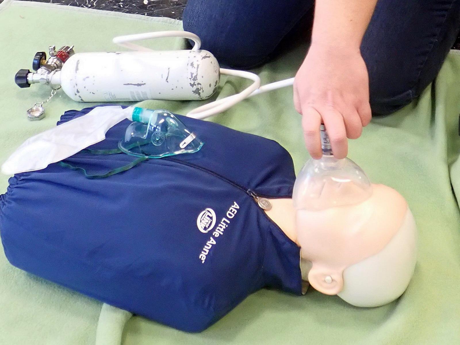 Sauerstoff Abgabe im Nothelfer Kurs
