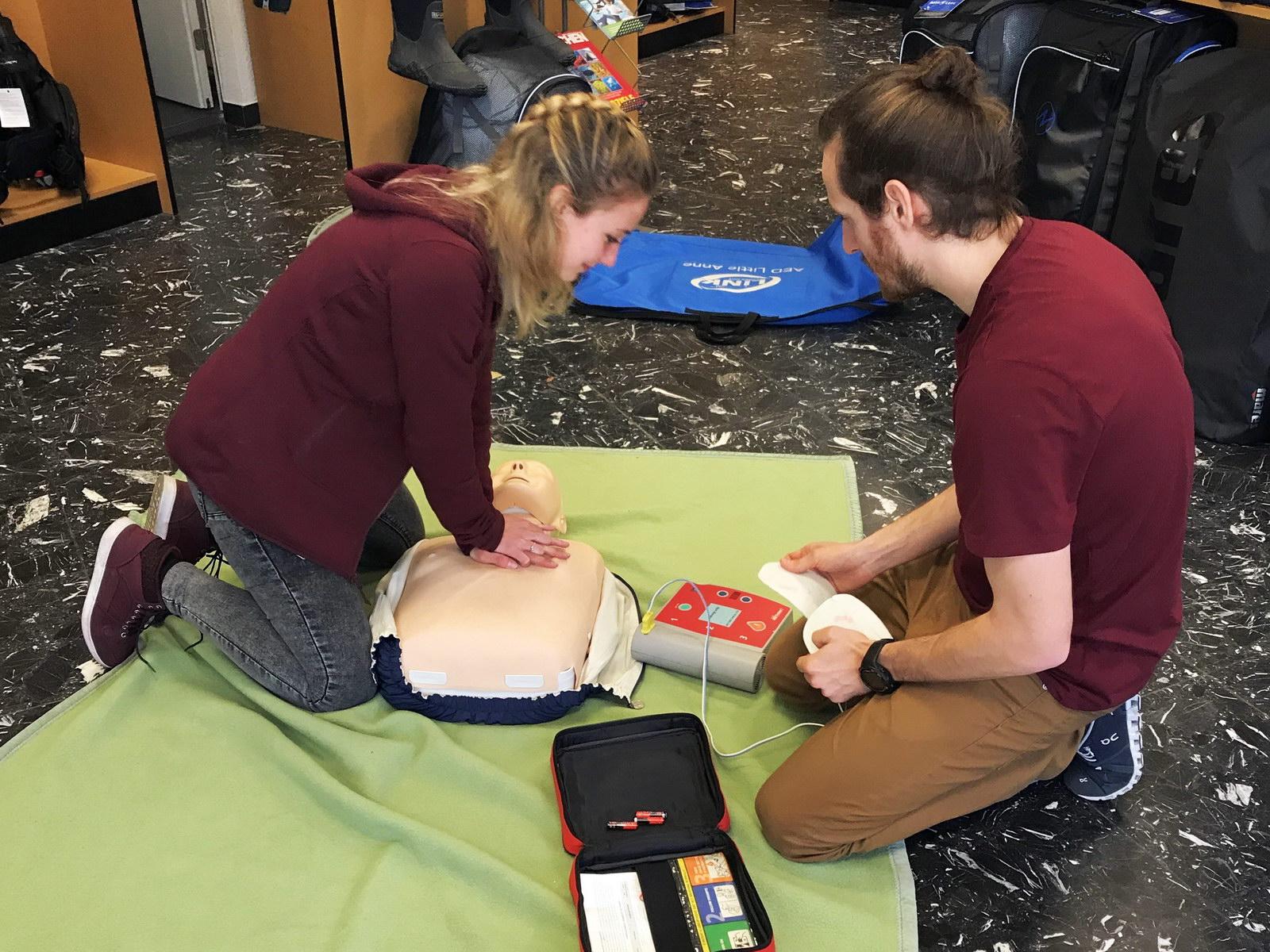 Training Herzmassage mit Erste Hilfe Puppe