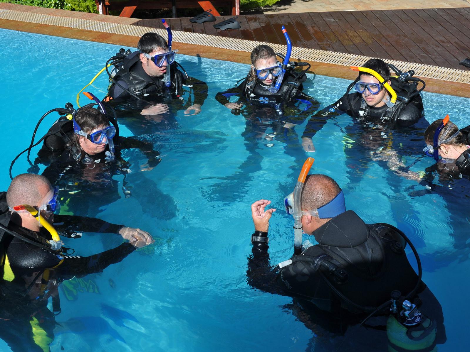 IDC Staff Tauchlehrer brieft im Pool