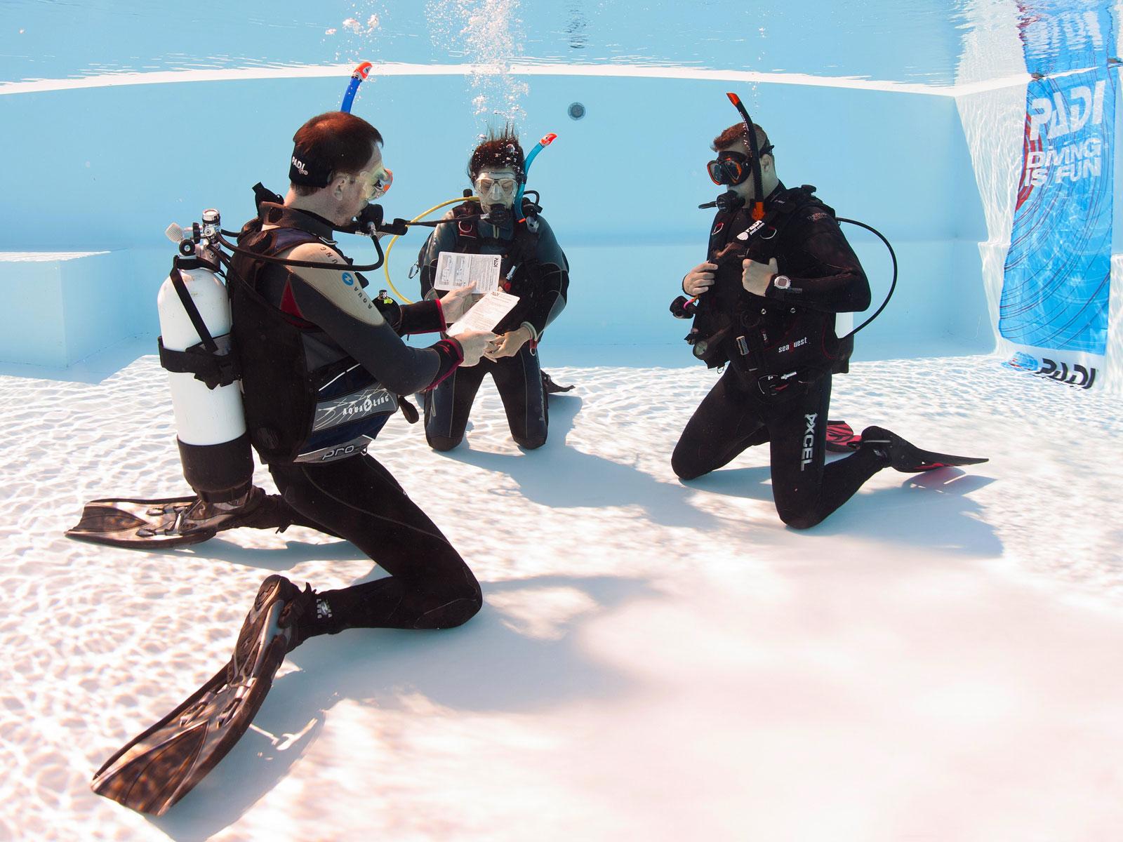 PADI Tauchlehrer Skills im Pool