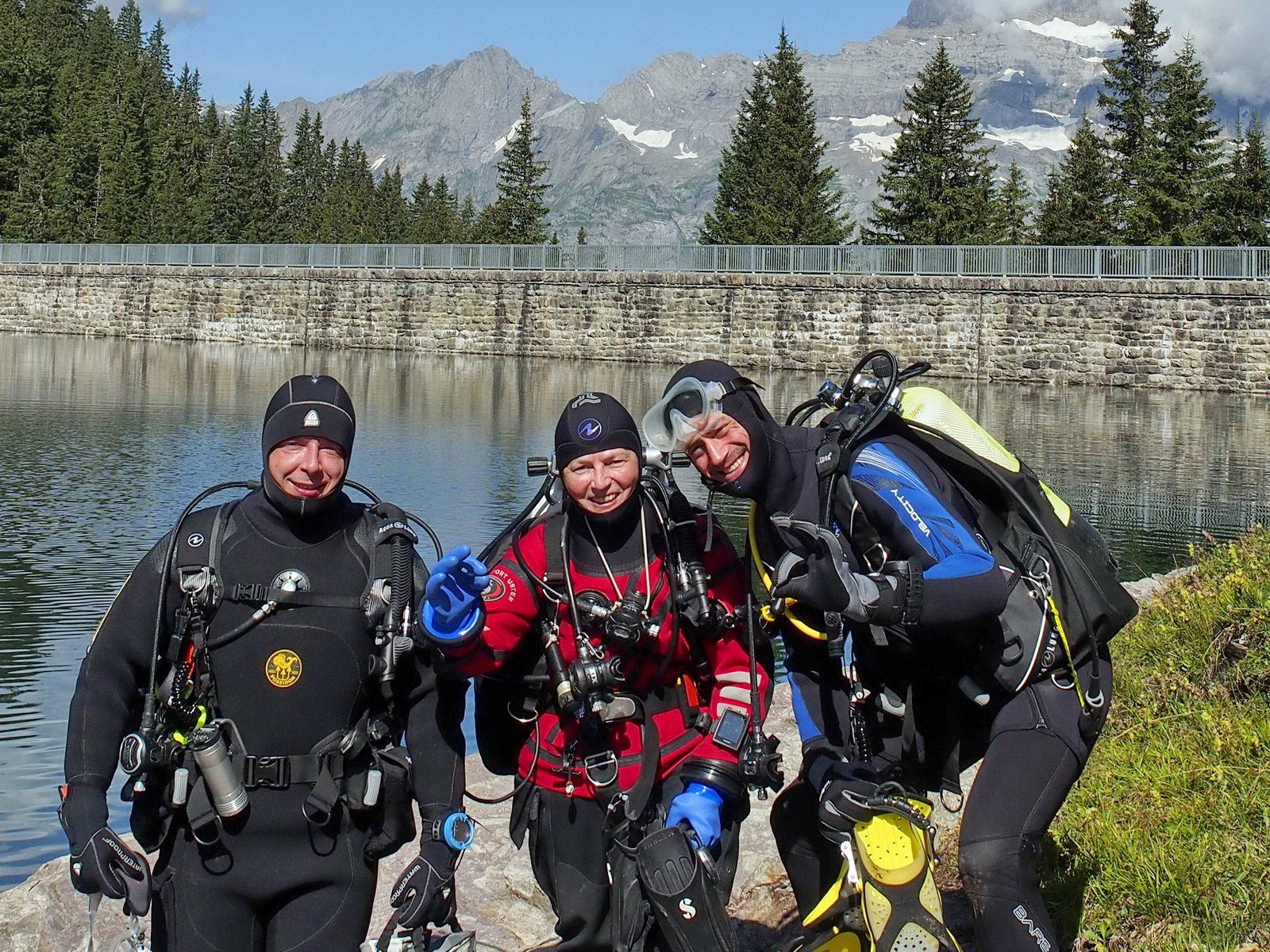 Bergseetaucher haben Spass an der Oberfläche
