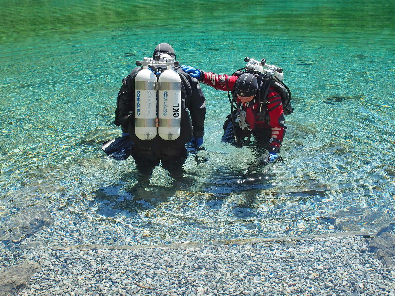 Taucher im Bergsee beim Einstieg