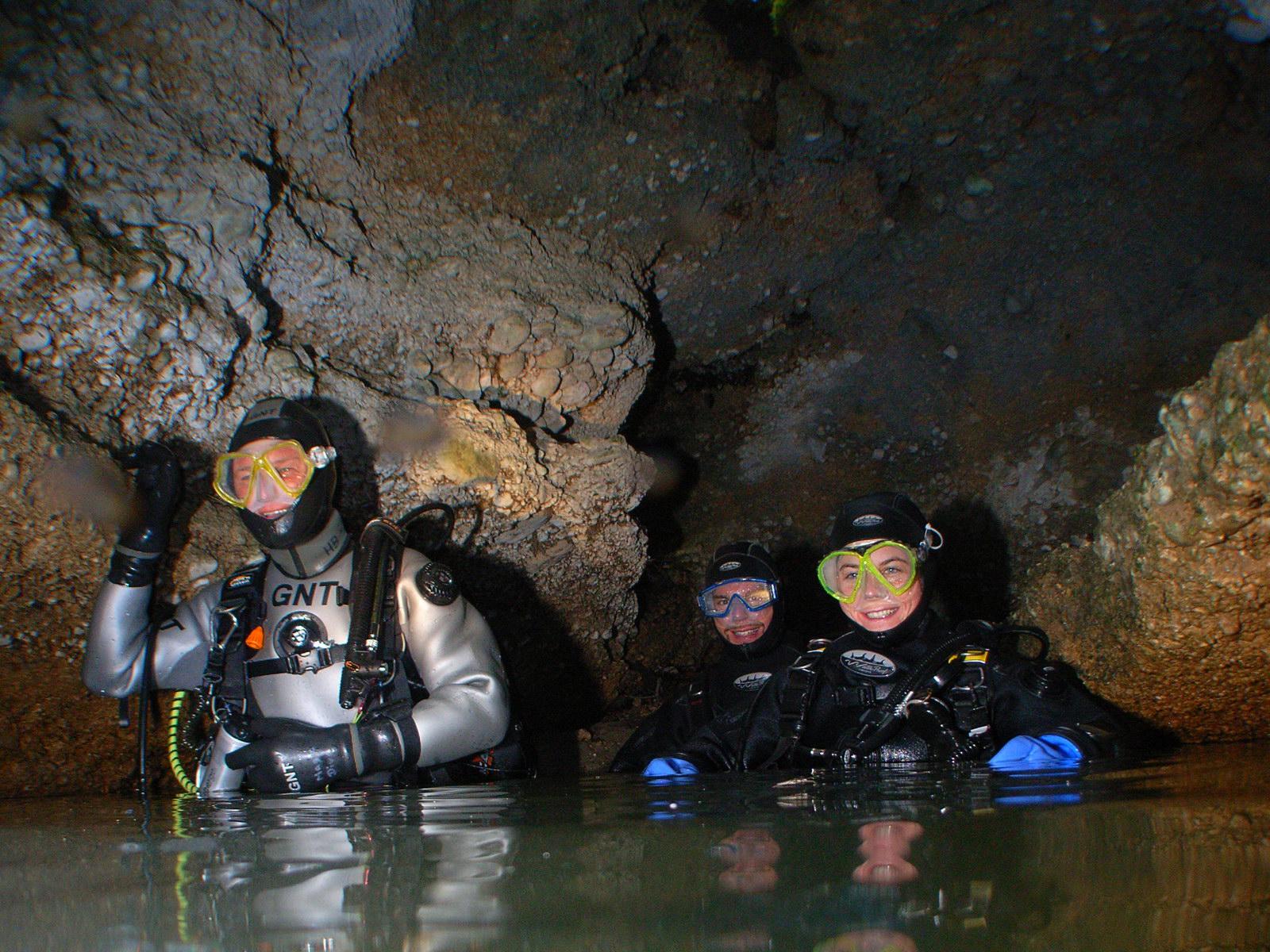 Höhlentaucher tauchen in einer Höhle auf