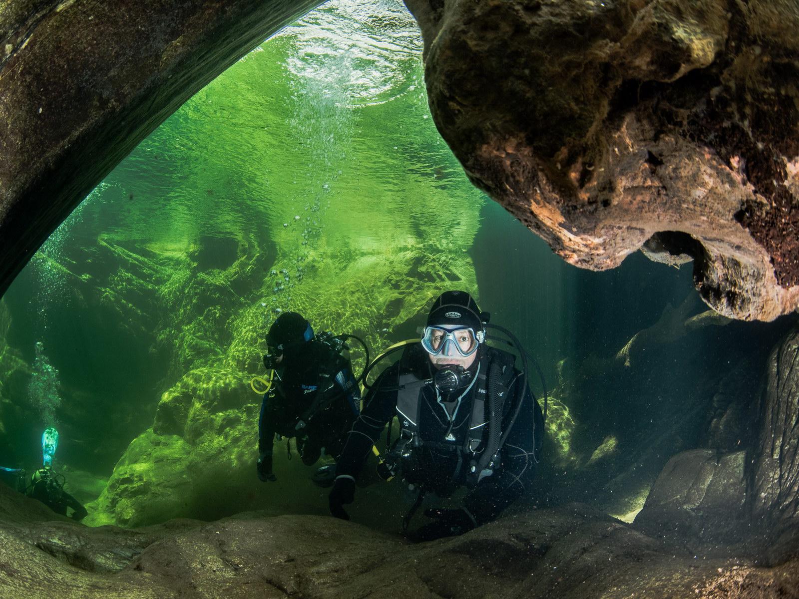 Taucher beim Höhlen Eingang