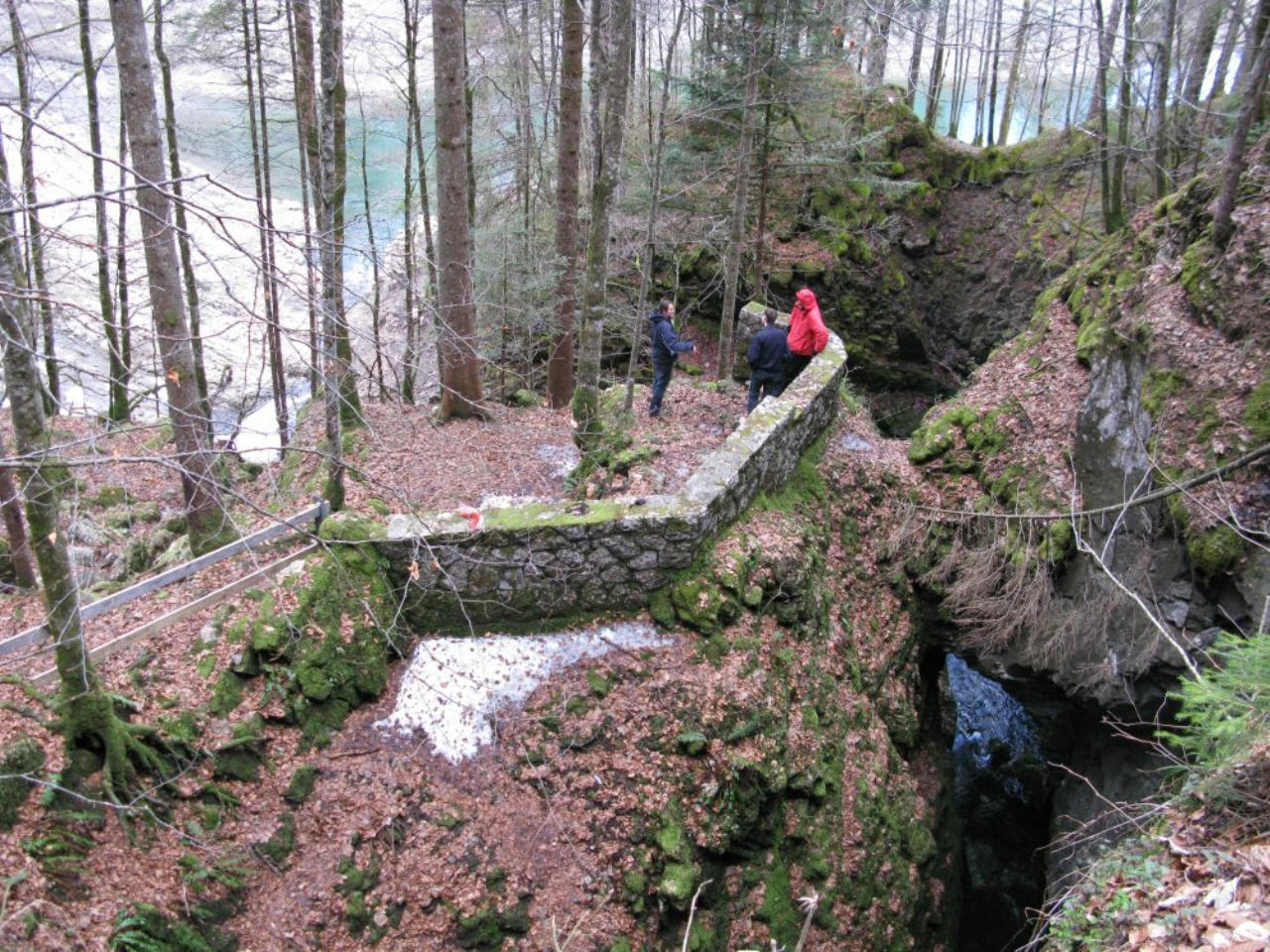 Höhlentaucher vor dem Einstieg zur Höhle