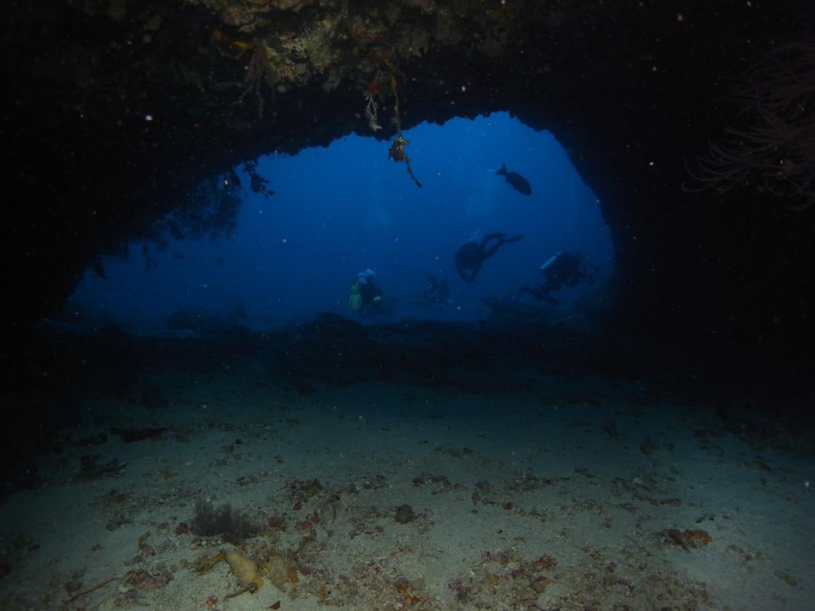 Taucher vor der Unterwasserhöhle
