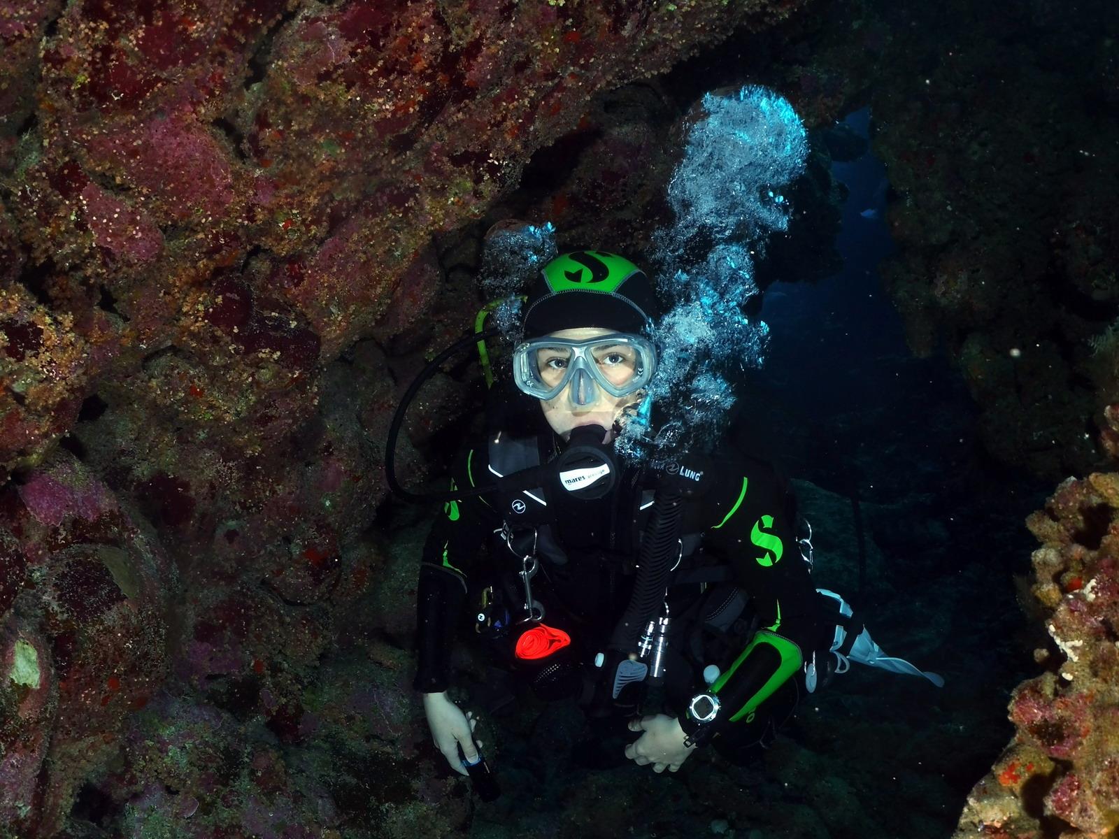 PADI Cavern Diver in einer Grotte.