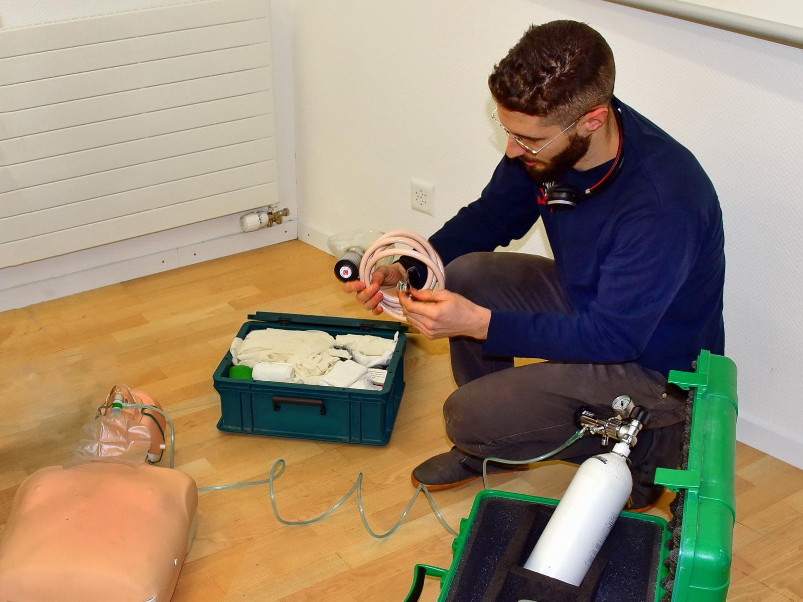 PADI Tauchlehrer demonstriert das Sauerstoffequipment