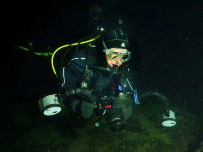 Taucher mit Unterwasserkamera mit Blitzen