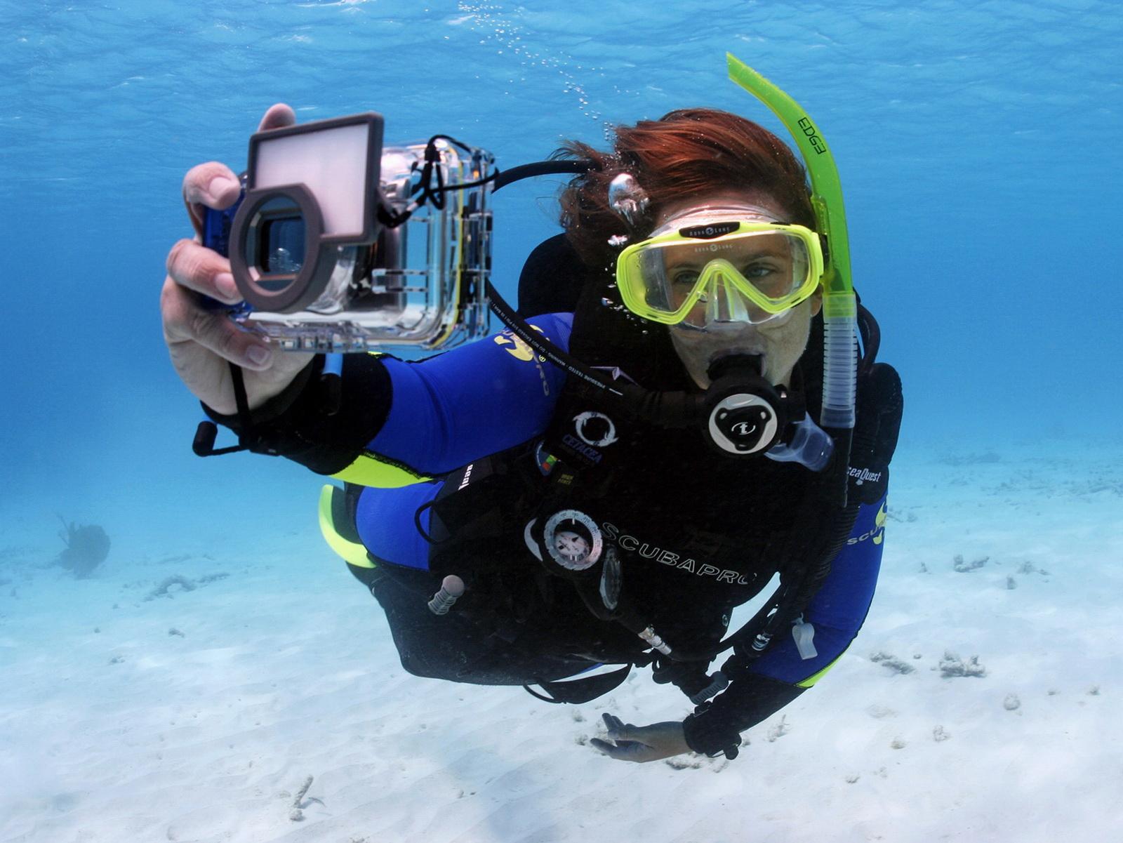 Taucherin mit Unterwasserkamera im Unterwasserfotografie Kurs