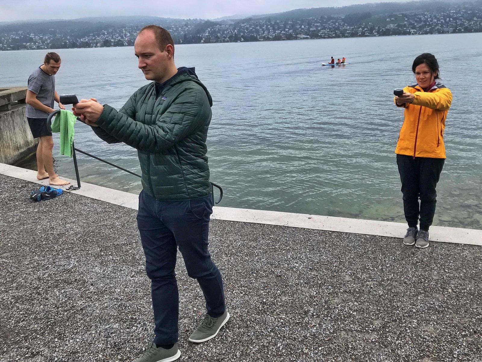 Tauchschüler trainieren Kompass Tauchen am Land
