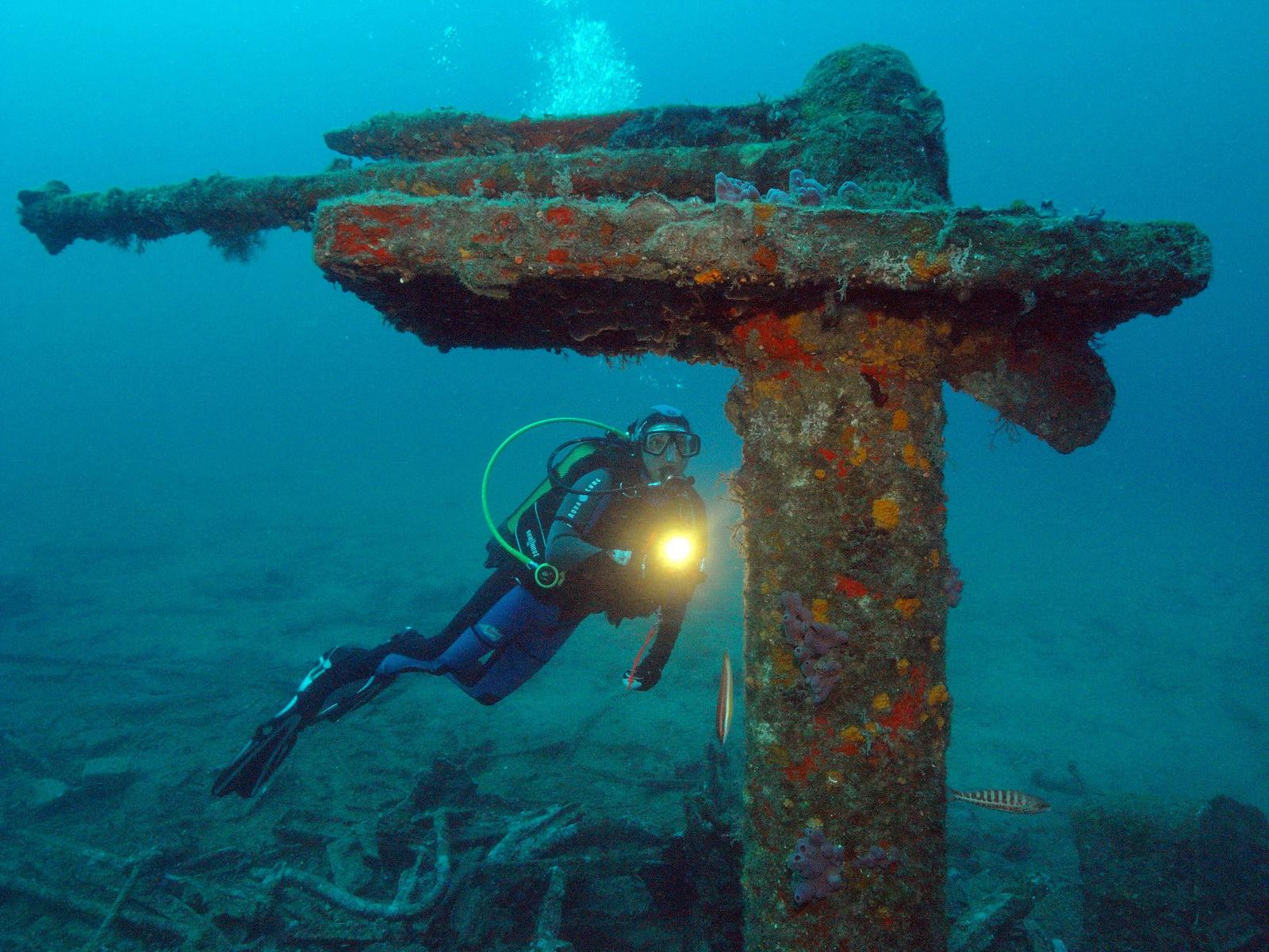 Taucher am Wrack im Mittelmeer