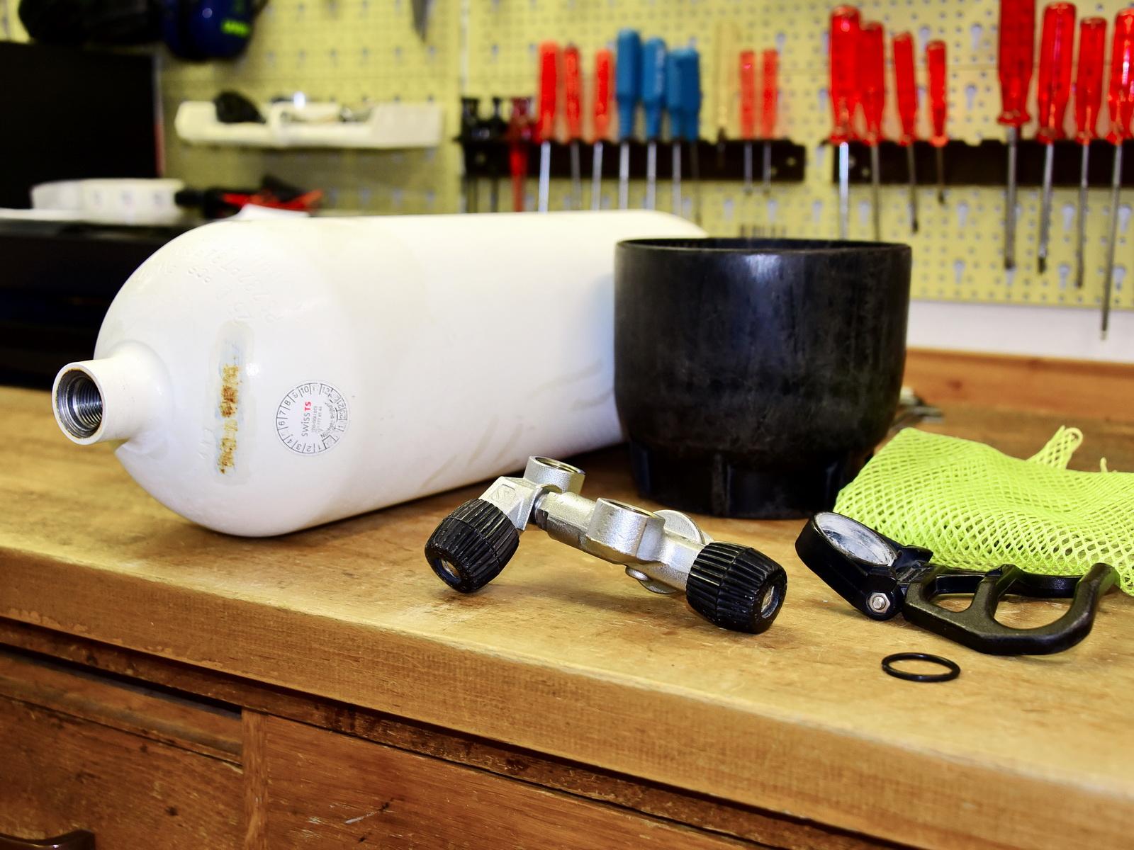 Tauchflasche wird für die Flascheprüfung vorbereitet
