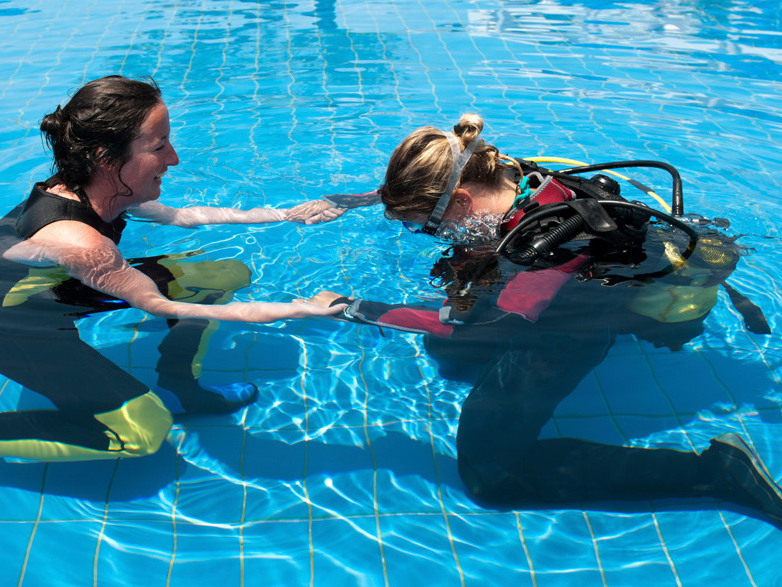 Taucher im Pool beim ersten Atemzug