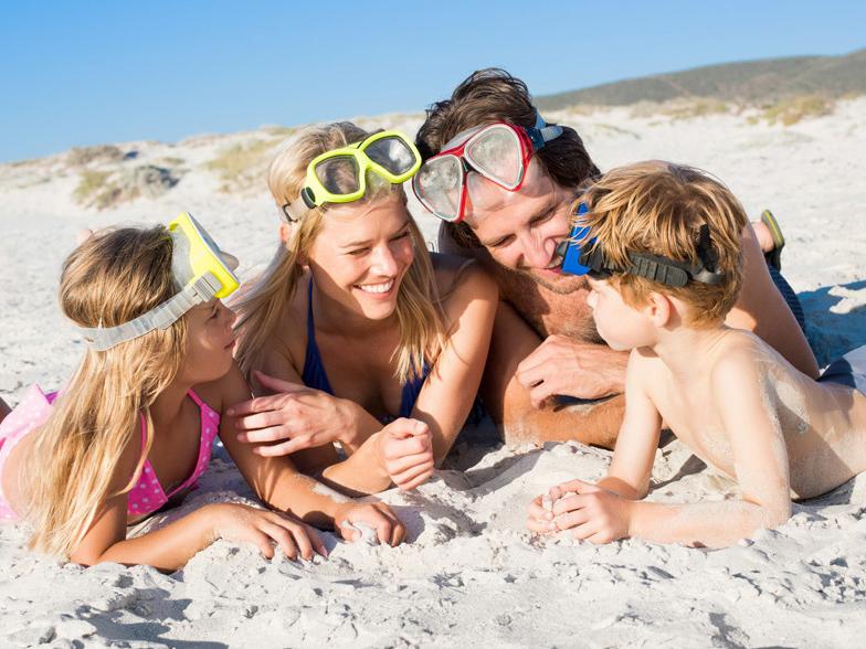 Taucher Familie am Strand