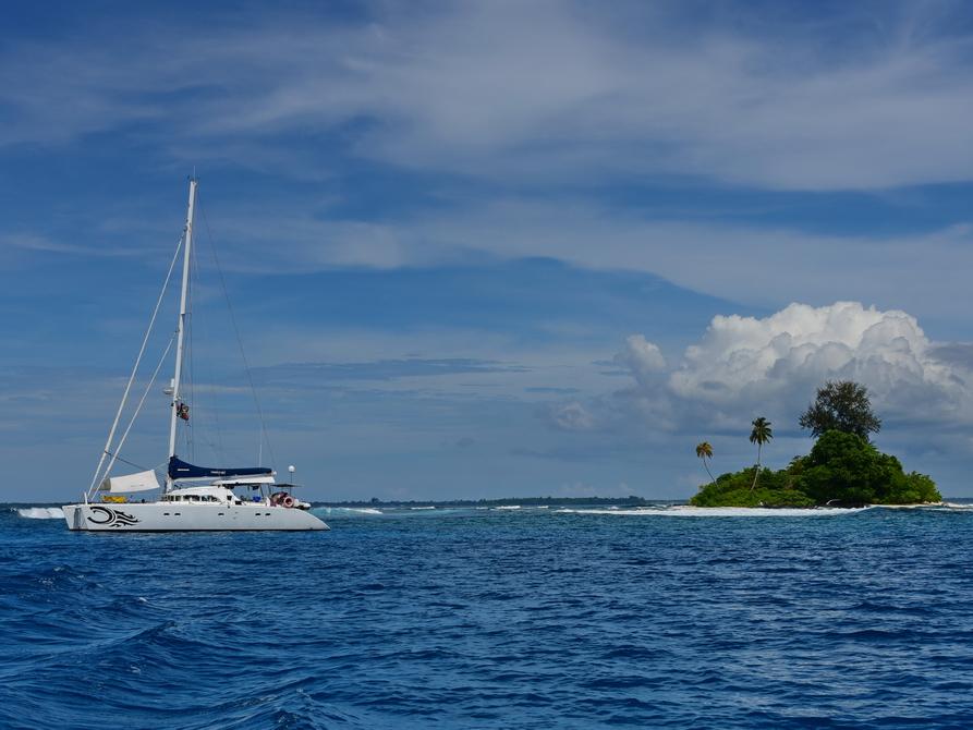 Catamaran und eine Insel