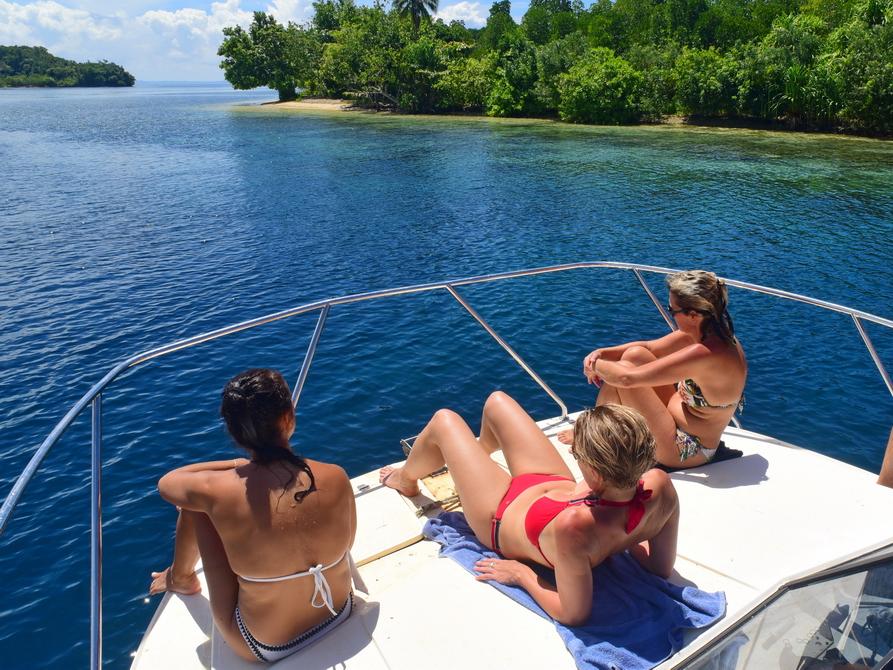 Damen auf einem Schiffsdeck